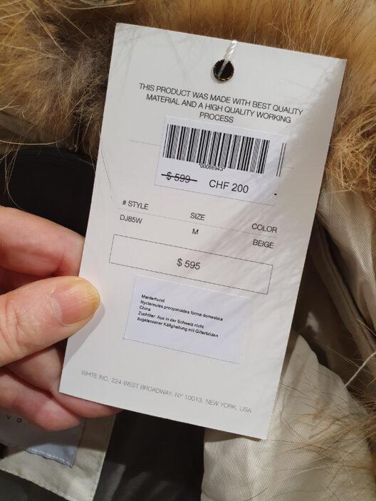 Chinesischer Qualpelz zum Spottpreis und eine Mini-Deklaration: Bei Fashion Stylers bleiben Transparenz und Tierwohl auf der Strecke. (Bild: © obs/Zürcher Tierschutz/Barbara Schnüriger)